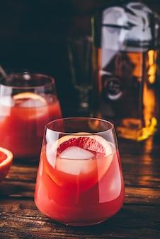 熟成バーボン、ブラッドオレンジジュース、チェリーシロップを使ったウイスキーサワーカクテル