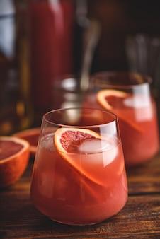 Кислый коктейль из виски с выдержанным бурбоном, соком кровавого апельсина и простым сиропом