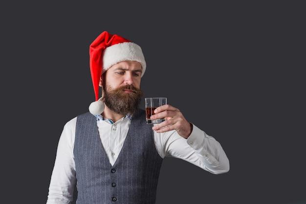 위스키 시음. 소믈리에. 산타는 위스키를 마신다. 위스키 디거스티션. 위스키 한 잔과 수염 난된 남자입니다. 위스키와 산타입니다. 브랜디.