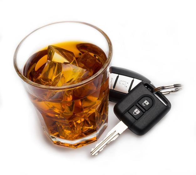 음주와 운전을 위한 자동차 키 개념이 있는 위스키