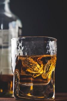 グラスオナダークに氷を入れたウイスキー。閉じる