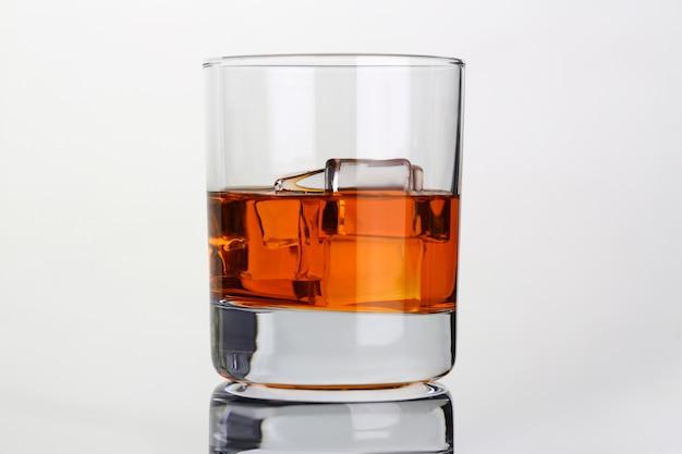 上のガラスビーカーに氷とウイスキー