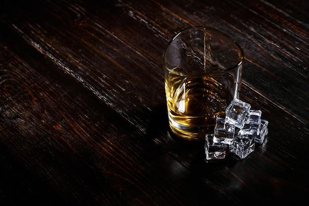 현대적인 안경에 얼음을 넣은 위스키