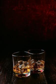 現代のグラスに氷とウイスキー
