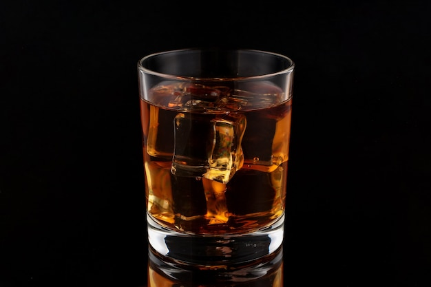 暗闇の中で氷とウイスキー