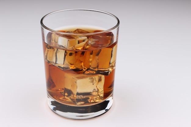 白地に氷とウイスキー