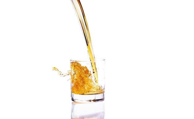 ガラスのスプラッシュとウイスキー