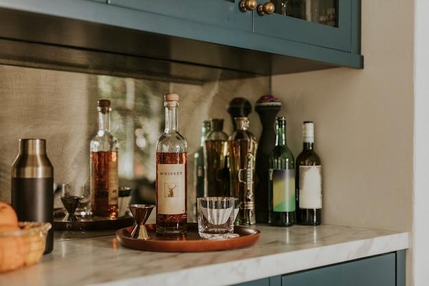 Бутылка виски на кухонной столешнице