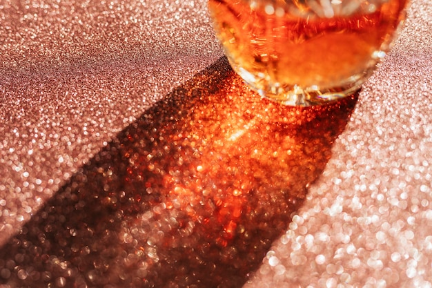 Виски в стакане на медном фоне