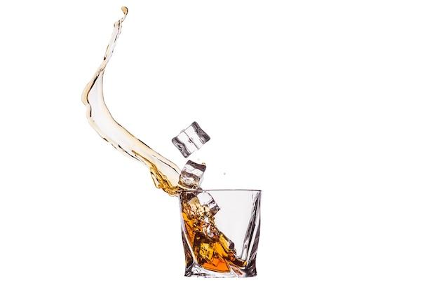 水しぶきとガラスのウイスキー
