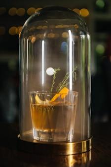 위스키 & 연기. 오렌지와 백리향과 함께 가을 구식. 연기와 함께 플라스크에 실험적인 알코올 칵테일