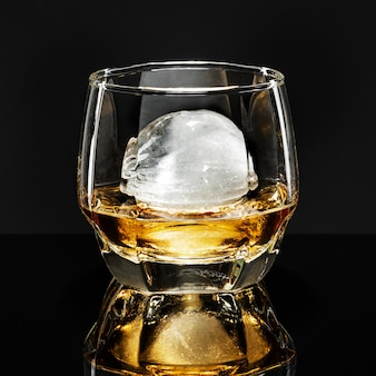 Whisky con sfera ice fancy cocktail