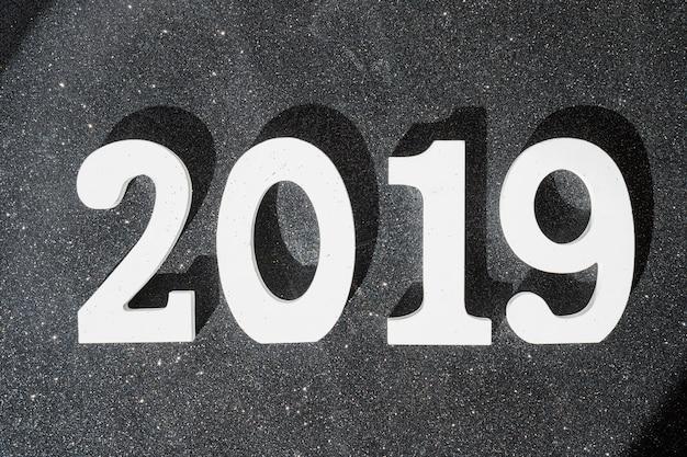 Белая надпись 2019 на столе