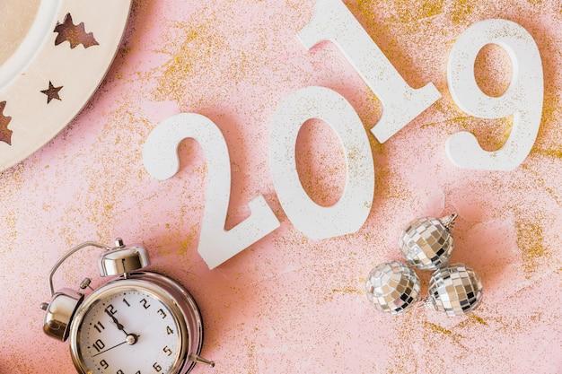 Белая надпись 2019 с часами и блеснами