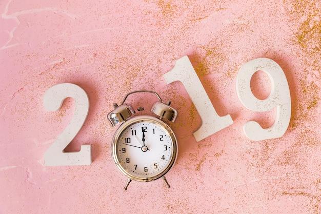 Белая надпись 2019 с часами на столе