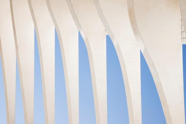 푸른 하늘에 대 한 백색 추상적 인 건축 세부 사항