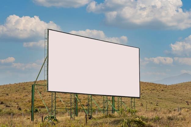 道路上の白い広告看板。屋外。広告パネル