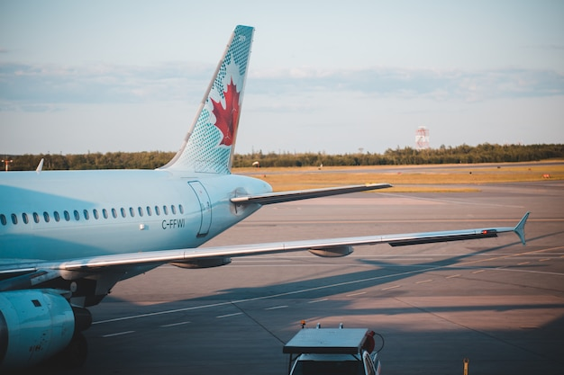 昼間の白い旅客機