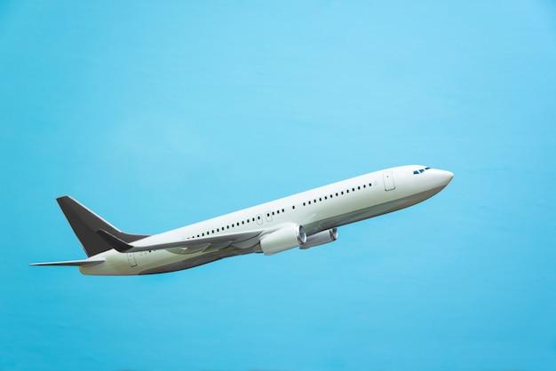 青い背景の上の白い飛行機。飛行機モデル