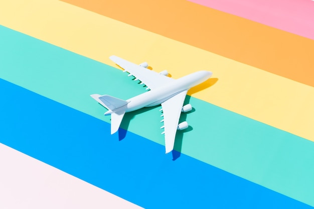 Белый самолет на разноцветном фоне путешествие и летняя концепция 3d иллюстрации копией пространства