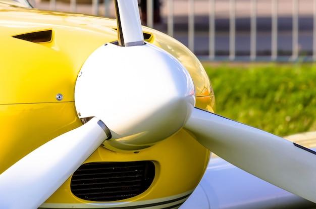Белый пропеллер самолета крупным планом
