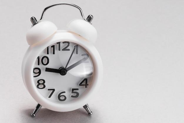 흰색 배경에 흰색 알람 시계