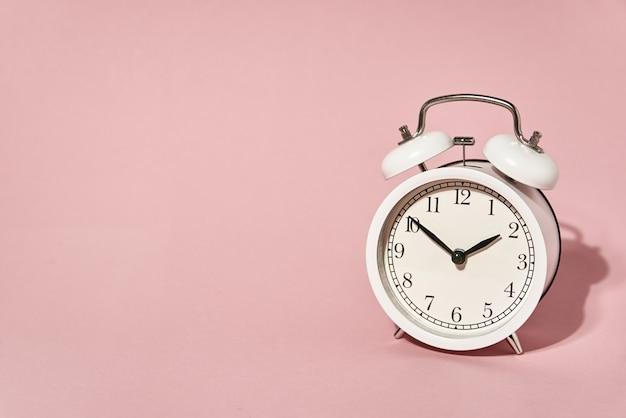 白い目覚まし時計と影