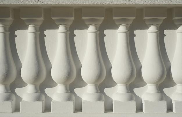 Белая древняя архитектурная колонна как фон