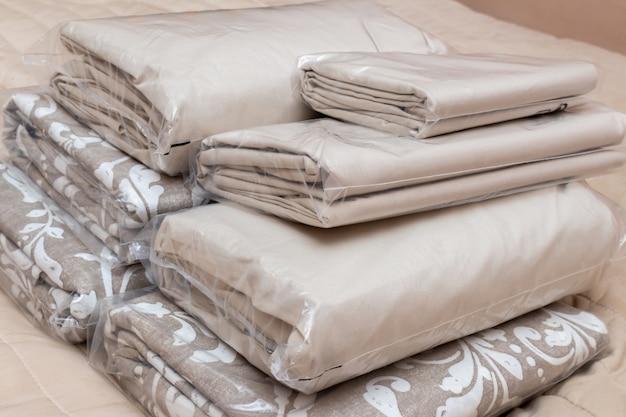 Бело-бежевый ворс льняных простыней, одеял, простыни