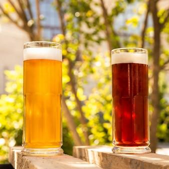 緑の背景と白と黒のビールを並べて