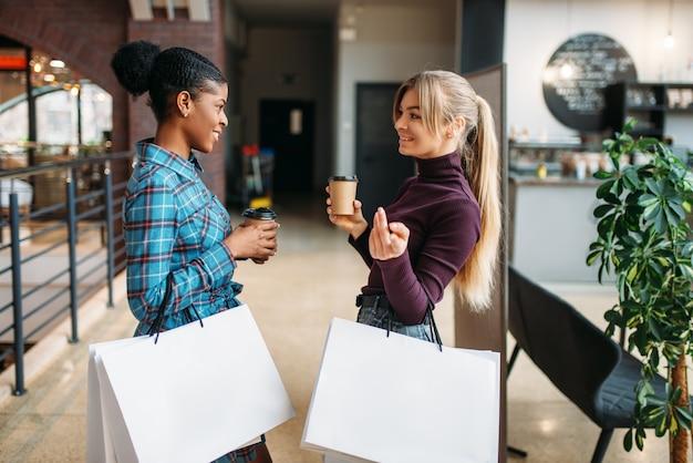 ショッピングバッグを持つ白と黒の女性客