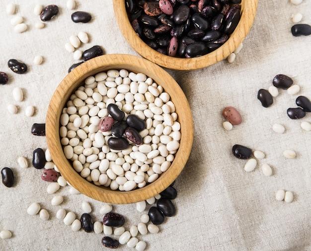 白と黒のインゲン豆、テーブルクロスのプレート。
