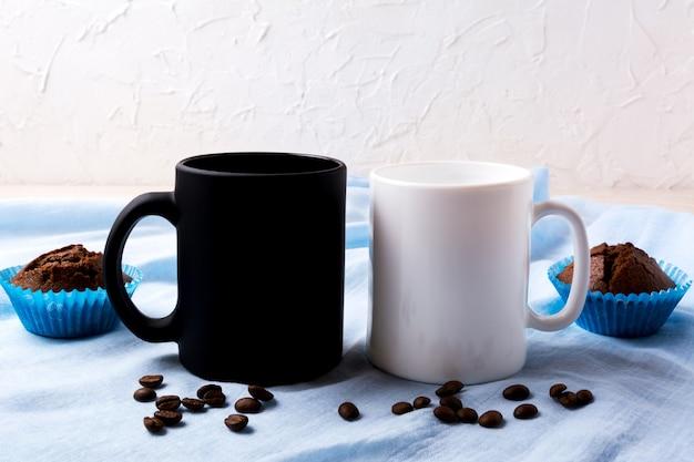 コーヒー豆とマフィンの白と黒のマグカップモックアップ