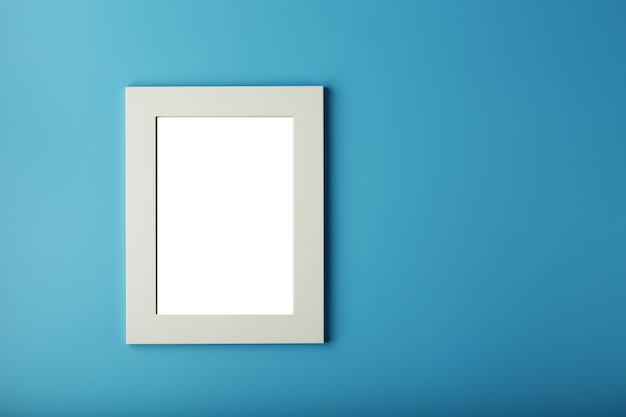 빈 공간을 가진 흰색과 검은 색 사진 프레임