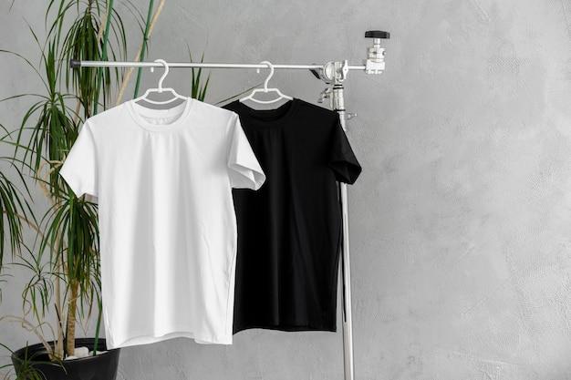 デザインプレゼンテーション用ハンガーの白と黒のtシャツ
