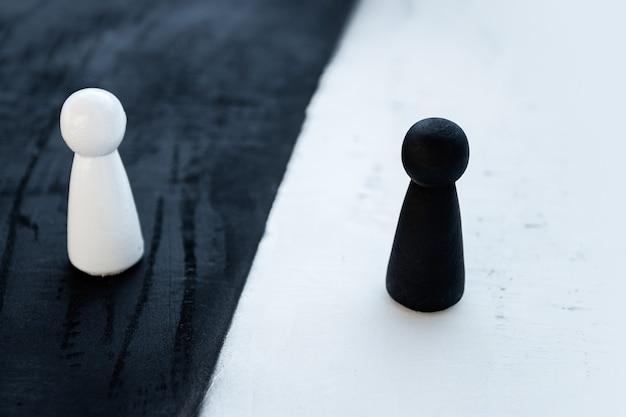 흰색과 검은 색 나무 인형