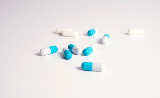 白と白のブルーの医療ピル
