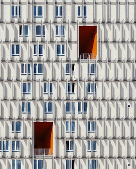昼間に撮影された白と青の高層ビル