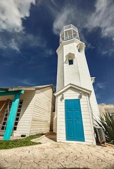Бело-синий маяк: маяк исла-мухерес в мексике.