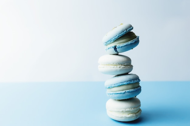 테이블, 마카롱에 흰색과 파란색 마카롱.
