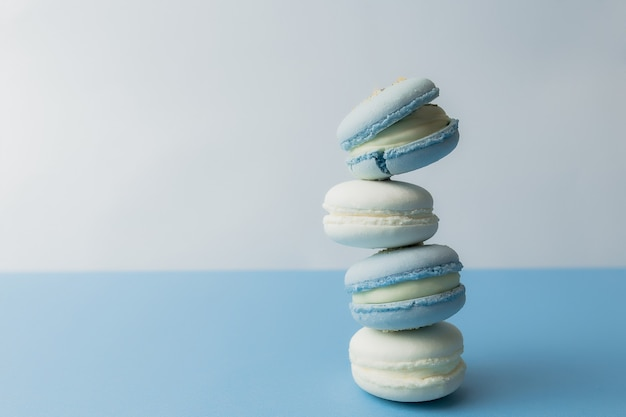 테이블, 마카롱에 흰색과 파란색 마카롱