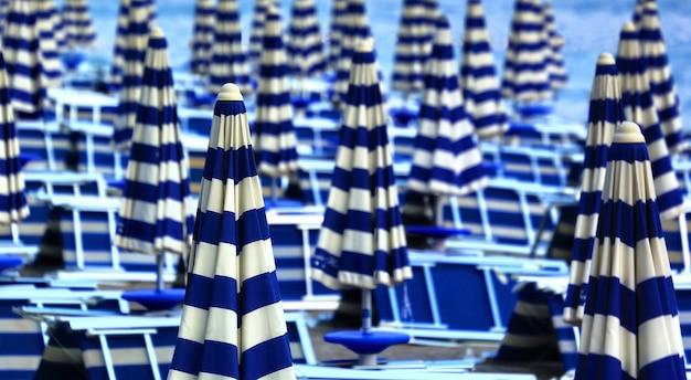 昼間の白と青のパティオ傘ロット