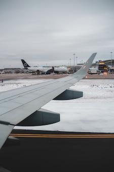 日中の白と茶色の飛行機の翼