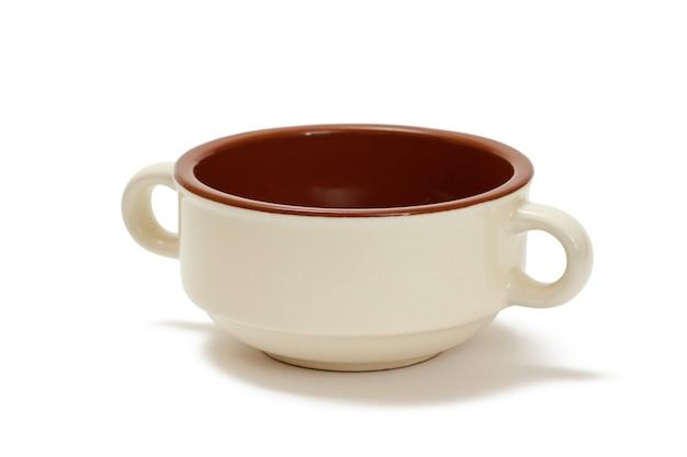 흰색 격리된 배경에 흰색과 갈색 세라믹 그릇입니다.