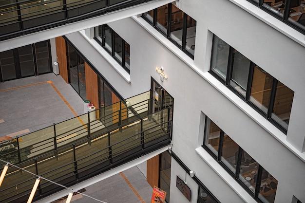 Белое и коричневое бетонное здание