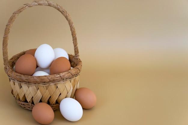 パステルベージュの籐のバスケットに白と茶色の卵
