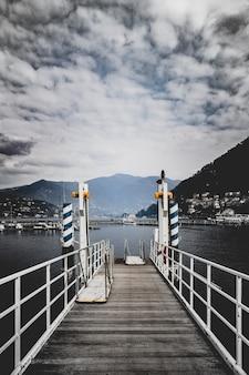 都市景観の前の水域の上の白と茶色の経路