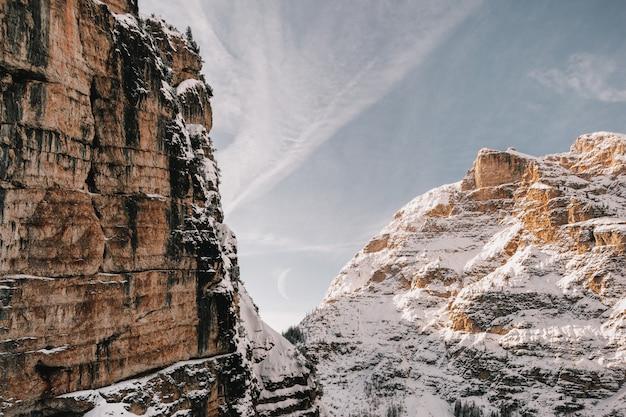 白と茶色の岩の形成