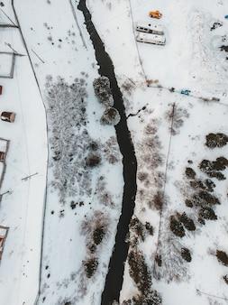 白と茶色の雪に覆われた地面
