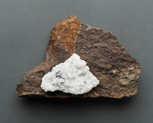 흰색과 갈색 돌